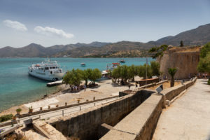 Blick auf das kretische Festland von der Insel Spinalonga aus, Anlegesteg für Besucher, Griechenland, Kreta, Insel Spinalonga, Kalydon