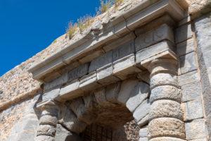 Kapitel des Eingangtores auf der Leprainsel Spinalonga, Griechenland, Kreta, Kalydon