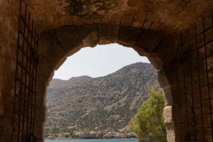 Blick durch das Eingangtor von der Leprainsel Spinalonga auf das kretische Festland, Griechenland, Kreta, Kalydon