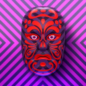 Asiatische Theatermaske mit roten Ornamenten vor violett-pink gestreiften Hintergrund