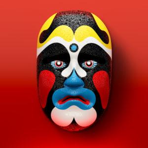 Asiatische Theatermaske mit farbigen Ornamenten vor rotem Hintergrund