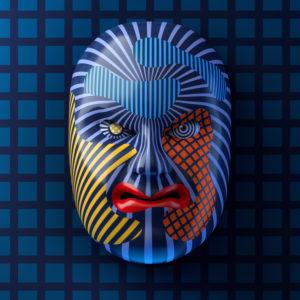 Asiatische Theatermaske mit farbigen Streifenmustern vor blauem Gitter-Hintergrund