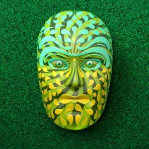 Asiatische Theatermaske mit farbigen Ornamenten in Grün vor dunkelgrün-marmorierten Hintergrund