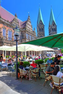 Straßencafe auf dem Marktplatz mit Rathaus und St.-Petri-Dom, Bremen, Land Bremen, Norddeutschland, Deutschland