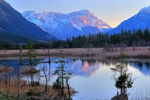 Moorgebiet Sieben Quellen im Vorfrühling gegen Wettersteingebirge mit Alpspitze 2628m und Zugspitze 2962m, Eschenlohe, Loisachtal, Oberbayern, Bayern, Deutschland