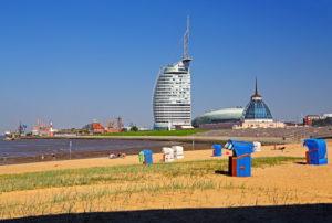Strand mit Strandkörben am Weserufer mit Sail-City-Hotel, Klimahaus und Mediterraneo, Bremerhaven, Wesermündung, Land Bremen, Norddeutschland, Deutschland