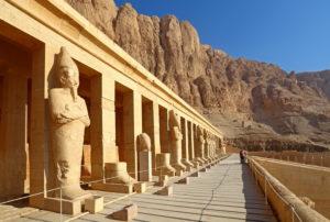 Hatschepsuttempel und Gebirgslandschaft in Theben-West, Luxor, Oberägypten, Ägypten