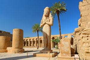 Karnaktempel mit der Statue Ramses II., Karnak bei Luxor, Oberägypten, Ägypten