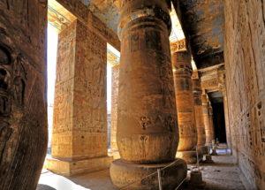 Säulensaal mit Reliefs und Originalfarben im Zweiten Hof im Totentempel von Ramses III. Medinet Habu in Theben-West, Luxor, Oberägypten, Ägypten