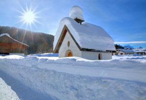 Tief verschneite Kapelle im Weiler Gerold bei Klais, bei Mittenwald,  Werdenfelser Land, Oberbayern, Bayern, Deutschland