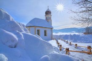 Winterlandschaft mit Kirche St. Leonhard, Hundham, Leitzachtal, Oberbayern, Bayern, Deutschland