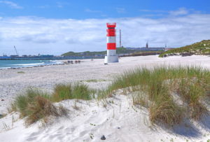 South beach with lighthouse on the Badedüne against the main island, Heligoland, Heligoland Bay, German Bight, North Sea island, North Sea, Schleswig-Holstein, Germany