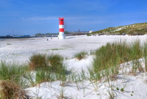 South beach with lighthouse on the Badedüne against the main island, Heligoland, Heligoland Bay, German Bight, North Sea island, North Sea, Schleswig-Holstein, Germany