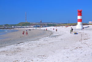 South beach with lighthouse at low tide against the main island, Heligoland, Heligoland Bay, German Bight, North Sea Island, North Sea, Schleswig-Holstein, Germany