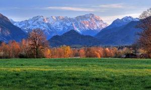 Voralpenlandschaft gegen Zugspitzgruppe ( 2962m ) bei Abendsonne, Ohlstadt, Das Blaue Land, Oberbayern, Bayern, Deutschland