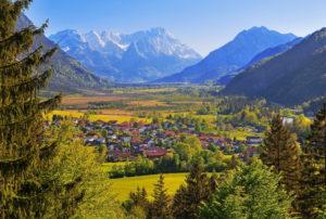 Loisachtal mit Moorgebiet Sieben Quellen gegen Zugspitzgruppe ( 2962m ) im Wettersteingebirge, und den Ort, Eschenlohe, Das Blaue Land, Oberbayern, Bayern, Deutschland