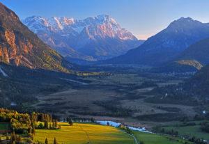 Loisachtal mit Moorgebiet Sieben Quellen gegen Zugspitzgruppe ( 2962m ) im Wettersteingebirge, Eschenlohe, Das Blaue Land, Oberbayern, Bayern, Deutschland