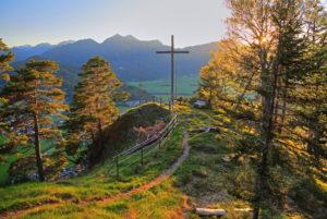 Aussichtspunkt Heldenkreuz über dem Loisachtal gegen Ammergauer Alpen, Eschenlohe, Das Blaue Land, Oberbayern, Bayern, Deutschland