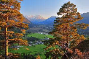 Loisachtal mit Moorgebiet Sieben Quellen gegen Zugspitzgruppe ( 2962m ) im Wettersteingebirge und Ammergauer Alpen, Eschenlohe, Das Blaue Land, Oberbayern, Bayern, Deutschland