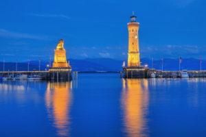 Hafeneinfahrt mit Bayrischem Löwen und Leuchtturm am Abend, Lindau, Bodensee, Schwaben, Bayern, Deutschland