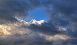Wolkenlücke mit Silberhorn ( 3689m ) im Jungfrau-Massiv ( 4158m ), Wengen, Jungfrau-Region, Berner Oberland, Kanton Bern, UNESCO-Weltnaturerbe, Schweiz