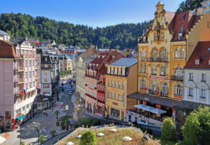 Marktplatz mit Jugendstilhäusern im Kurgebiet, Karlsbad, Bäderdreieck, Böhmen, Tschechien