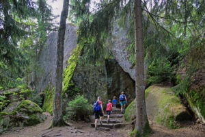 Luisenburg rock labyrinth with hikers at the Goethefelsen, Wunsiedel, Fichtelgebirge, Upper Franconia, Franconia, Bavaria, Germany