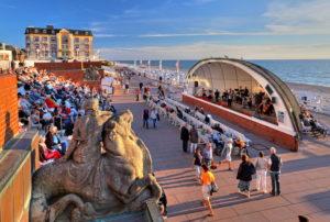 Strandpromenade mit Konzert in der Musikmuschel, Westerland, Nordseeinsel, Sylt, Nordfriesische Inseln, Nordfriesland, Schleswig-Holstein, Deutschland