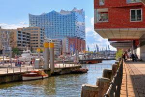 Sandtorkai mit Sandtorhafen und Elbphilharmonie auf der Elbinsel Grasbrook in der Hafencity am Hafen, Hamburg, Land Hamburg, Deutschland