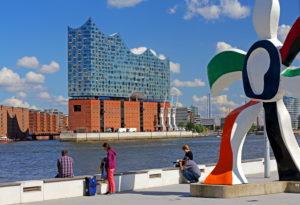 Skulptur von Richard Deacon am Elbufer gegen die Elbphilharmonie auf der Elbinsel Grasbrook in der Hafencity am Hafen, Hamburg, Land Hamburg, Deutschland