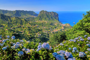 Küstenlandschaft mit Adlerfelsen an der Nordküste bei Porto da Cruz, Insel Madeira, Portugal
