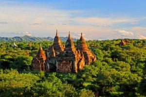 Ruinenfeld mit Stupas ' Ebene der 2000 Pagoden ', Historische Königsstadt Bagan, Myanmar, Abendsonne