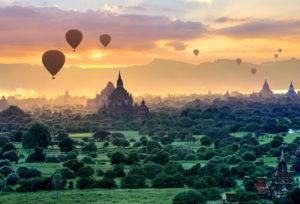 Heißluftballons über dem Ruinenfeld mit Stupas und Sulamanitempel in der ' Ebene der 2000 Pagoden ', Historische Königsstadt Bagan, Myanmar, Sonnenuntergang