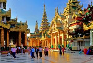 Tempel und Schreine auf der Marmorplattform der Shwedagon-Pagode, Yangon, ( Rangun ), Myanmar