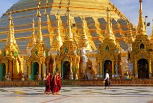 Marmorplattform mit Altären vor der Shwedagon-Pagode, Yangon, ( Rangun ), Myanmar