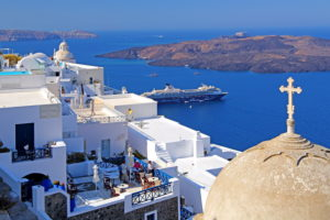 Village on the hillside above the caldera with cruise ship, Fira, Santorini, (Thira), Cyclades, Aegean Islands, Aegean Sea, Greece