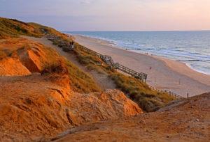 Rotes Kliff mit Strand, Kampen, Nordseeinsel, Sylt, Nordfriesische Inseln, Nordfriesland, Schleswig-Holstein, Deutschland, Abendsonne