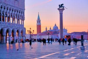 Piazzetta mit Dogenpalast und Insel San Giorgio, Venedig, Venetien, Italien, UNESCO-Weltkulturerbe, Morgendämmerung