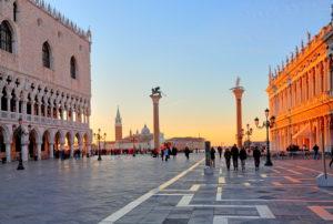 Piazzetta mit Dogenpalast und Insel San Giorgio, Venedig, Venetien, Italien, UNESCO-Weltkulturerbe, frühe Morgensonne