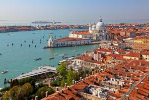 Blick über die Altstadtdächer auf die Lagune mit der Punta Dogana und der Kirche Santa Maria della Salute, Venedig, Venetien, Italien, UNESCO-Weltkulturerbe