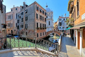Altstadtkanal mit Kirche Santa Maria Miracoli, Venedig, Venetien, Italien, UNESCO-Weltkulturerbe