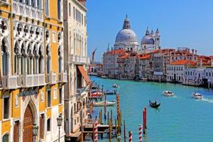 Canale Grande mit Palästen und Kirche Santa Maria della Salute, Venedig, Venetien, Italien, UNESCO-Weltkulturerbe