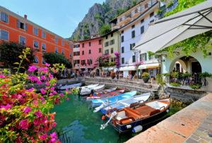 Alter Bootshafen im Ortszentrum, Limone sul Garda, Gardasee, Lombardei, Norditalien, Italien