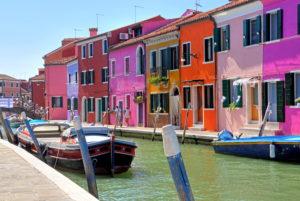 Kanal mit bunten Häusern, Fischerinsel Burano in der Lagune von Venedig, Venedig, Venetien, Italien