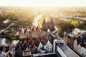 Blick auf Lübeck und das Holstentor zum Sonnenuntergang, Schleswig-Holstein, Deutschland