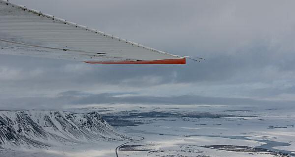 Luftaufnahme von Island im Winter aus einer Cessna 207, Teil des Flügels sichtbar