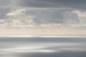 Wolken über dem Atlantischen Ozean, südlich von Island, fotografiert aus einer Cessna im Februar.