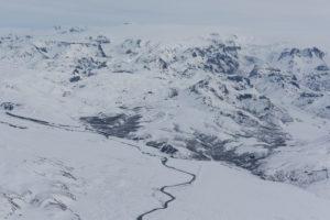Luftaufnahme von Island, fotografiert aus einer Cessna im tiefsten Winter. Flusslauf