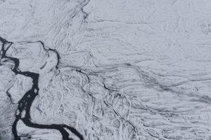 Island aus der Vogelperspektive, Flusslauf im tiefsten Winter