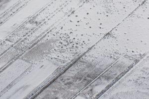 Island von oben, Ackerland im Winter, schräges Muster